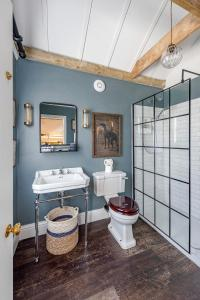 A bathroom at Charming cottage with parking outside Bath