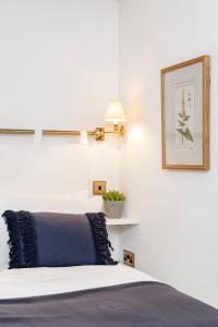 A bed or beds in a room at Charming cottage with parking outside Bath