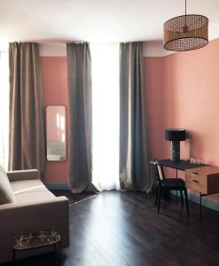 A seating area at New Hotel Le Quai - Vieux Port
