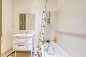 A bathroom at NOCNOC - L'Haussmanien