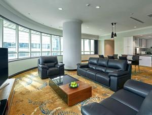 Pullman Kuala Lumpur City Centre Hotel & Residences tesisinde bir oturma alanı