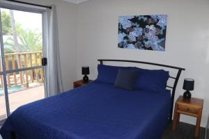 A bed or beds in a room at Pippies Beachhouse