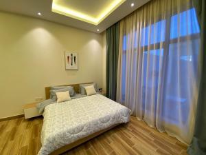 سرير أو أسرّة في غرفة في شاليه ريڤون