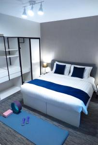 A bed or beds in a room at Bay Bridge Lifestyle Retreat, managed by Tang's Living