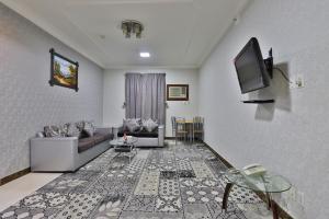 Uma área de estar em Jubail High Rise Hotel