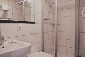 A bathroom at Airport Hotel Dürscheidt - KONTAKTLOSER SELF CHECK-IN
