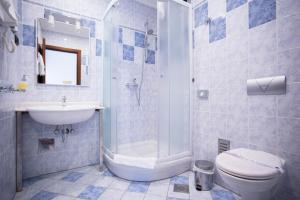 A bathroom at Hotel More
