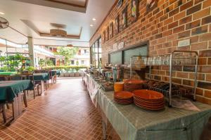 A restaurant or other place to eat at Medio De Pai