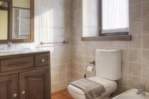 A bathroom at Casa Banhs de Tredòs by Totiaran
