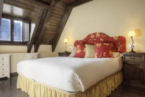A bed or beds in a room at Casa Banhs de Tredòs by Totiaran