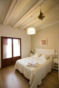 A bed or beds in a room at Casa Rural Villazón II - A 16 km de Pamplona