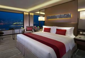 A bed or beds in a room at InterContinental Grand Stanford Hong Kong, an IHG Hotel