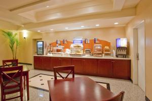 A restaurant or other place to eat at Holiday Inn Express Hotel & Suites Los Angeles Airport Hawthorne, an IHG Hotel