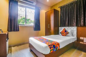 Кровать или кровати в номере FabHotel Luxor - Fully Vaccinated Staff