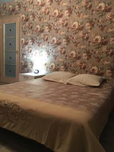 Кровать или кровати в номере Apartments at Laureatov 43