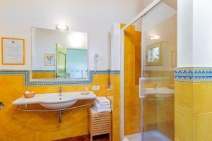 A bathroom at Wine Resort Ledà d'Ittiri