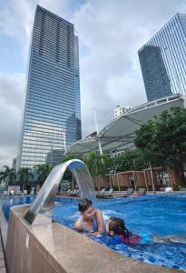 The swimming pool at or near Shangri-La The Fort, Manila (Staycation Approved)