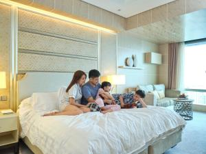 A family staying at Shangri-La The Fort, Manila (Staycation Approved)