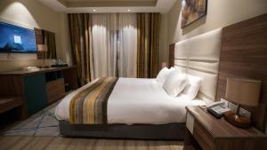 سرير أو أسرّة في غرفة في Golden Jewel Hotel