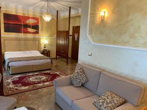 A bed or beds in a room at Hotel Ristorante Al Boschetto