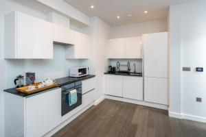 A kitchen or kitchenette at St Albans City Apartments - Near Luton Airport and Harry Potter World