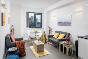A seating area at St Albans City Apartments - Near Luton Airport and Harry Potter World