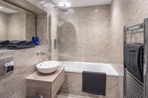 A bathroom at St Albans City Apartments - Near Luton Airport and Harry Potter World