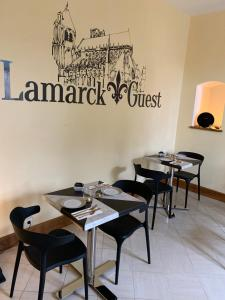 A restaurant or other place to eat at Lamarck Guest