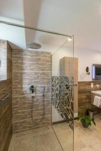 A bathroom at Ferienhaus Badersee