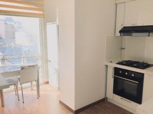A cozinha ou cozinha compacta de Amazing Flat with Perfect Panorama in the City Center