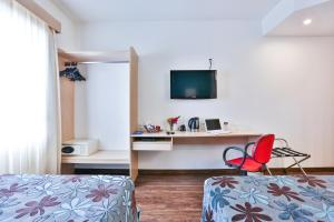A television and/or entertainment centre at Comfort Hotel Joinville