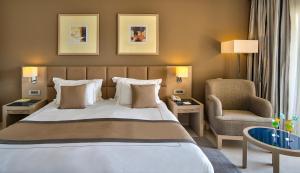سرير أو أسرّة في غرفة في Cleopatra Luxury Resort Makadi Bay