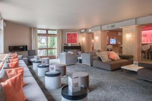 A seating area at Mercure Chamonix Centre