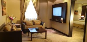 Uma área de estar em Swiss Spirit Hotel & Suites Metropolitan