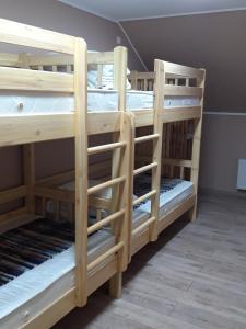 Двухъярусная кровать или двухъярусные кровати в номере Golfstream Hotel
