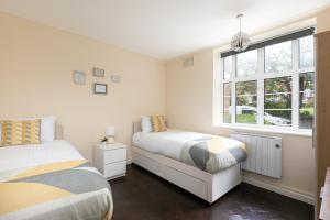 A bed or beds in a room at Cozy Apartment Near Alexandra Palace