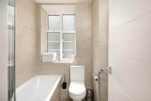 A bathroom at Cozy Apartment Near Alexandra Palace