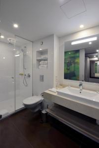 Ein Badezimmer in der Unterkunft Hotel Vier Jahreszeiten Berlin City