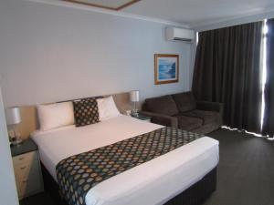A bed or beds in a room at Ocean View Studios 75 The Strand, Free Fast Wifi/Foxtel