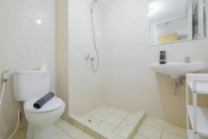 A bathroom at Modern Studio @ Springlake Summarecon Apartment By Travelio