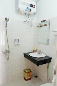 A bathroom at Anh Duc Hotel