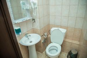 Um banheiro em Old Hotel In Baku