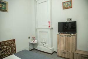 Uma TV ou centro de entretenimento em Old Hotel In Baku