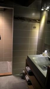 A bathroom at Les Chalets de Maramour
