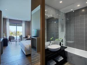 A bathroom at Pelagos Suites Hotel & Spa
