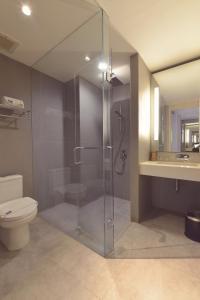 A bathroom at FOX Hotel Pekanbaru