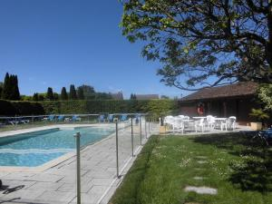 The swimming pool at or near Château de Gilly