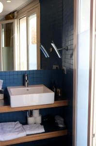 A bathroom at Le Citizen Hotel