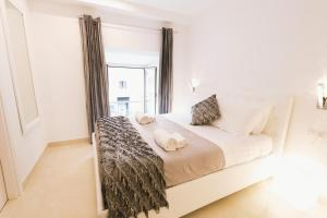 A bed or beds in a room at San Pietro Grand Suite