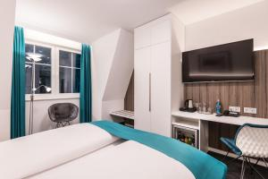 A bed or beds in a room at Parkhotel Hachenburg